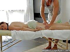 Hermosa de a Sheila está disfrutando del masaje atractivo