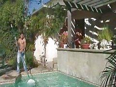 De deux grandes gars font de un Nettoyeur de piscines à les satisfaire verbalement