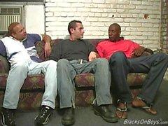 Os homens negros que partilham a bunda de um cara branco engraçado