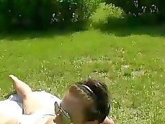 Topless zonnen babe krijgt fucked