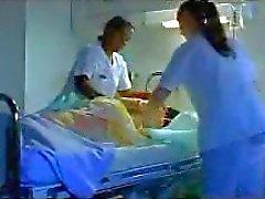 kaksi sairaanhoitajaa parranajo munaa