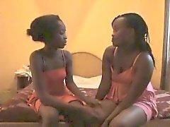 Flaco negro mujer lesbiana puta consolador el coño de su amiga tímida