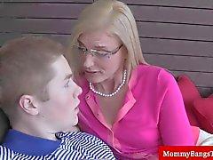 Maduras rubiecita se hace placeres bucales de un tipo adolescentes