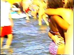 Jeunes filles de printemps coupure dans s'amusent plage