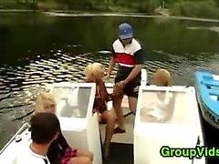 Corné gens Assemblée Up For sexuelle dans un bateau