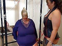 Della nonna grassa con ingenti tette viene abusata
