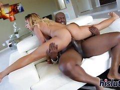 Saucy schwarz Babe hat ihre Muschi gebohrt