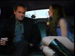 Sexy Mädchen, das Sex in der Limousine hat