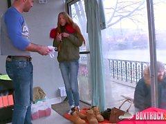 L'incredibile Paris Devine si trucca sul suo fidanzato mentre è fuori