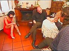 Italiaanse housewive geneukt door Hubby en Vader