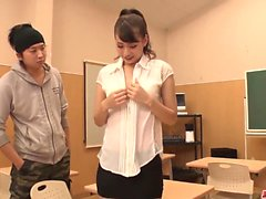 Yui Oba saa tuoretta kukkoa kitaraa pilluun ja perseeseen