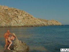 VIXEN Kendra Sunderland bir sahilde tutkulu seks