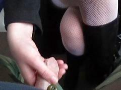 Toen ik haar kousen raken ze spelen met mijn lul in een trein