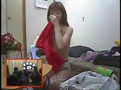Impresionante nena japonesa obtiene una corrida facial después de dar una mamada perfecta