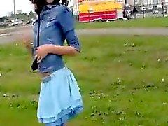 Skinny Mädchen blinken ihr solchen Titten in der Öffentlichkeit