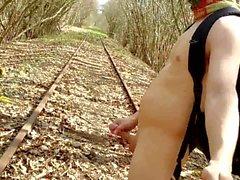 train tracks on çıplak doğa yürüyüşü gerçekleştirildi