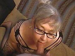 Kim Bates gibt einen Hahn Aufmerksamkeit.