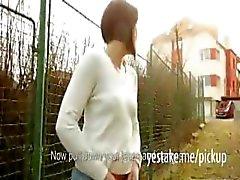 Una palestra ragazza mostra il suo corpo di fuori e viene scopata per il denaro