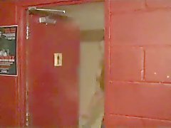 arrivano due tipi scopare nella locale notturno WC - mq A