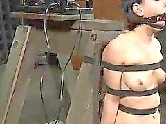 Téton actes de torture pour les chick coquin
