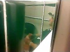 пойманных мужчины подергивания во общественным туалетом