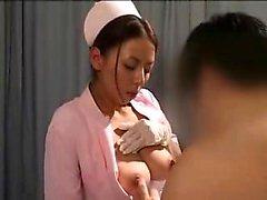 Deliziosi infermiere asiatica ha di un paziente cornea accarezzandola di BI