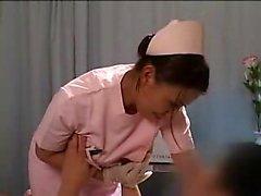 Восхитительная азиатская медсестрой обладает роговой пациента ласкать ее би