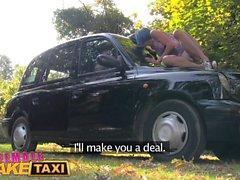 léchage et doigtage de chatte en plein air Femme Faux taxi