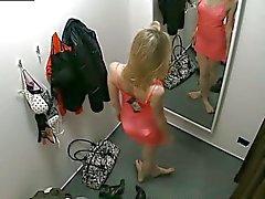 Tirkistelijä kahta Piilotettua turvallisuusneuvoston kamera pukuhuoneeseen