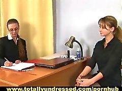 Vernederende naakt sollicitatiegesprek voor een jonge vrouw