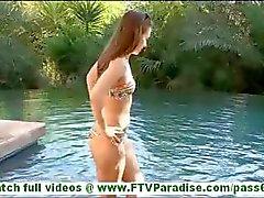 Küçük göğüsleri kedi oynuyor ve bikini yüzme ve göğüsleri yanıp sönen Sofya sıcak esmer