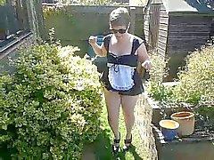 Slutty neito puutarhaan