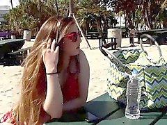 Gina Valentina lame las tetas naturales de Kobi Brians