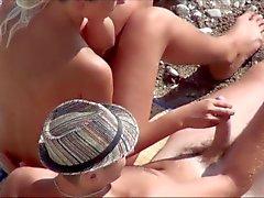 Di voyeur . Ragazze masturba e ragazzo cazzo su una spiaggia pubblico