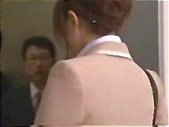 Aziatische secretaris krijgt gegangbanged in de lift voor een romige gezichtsbehandeling