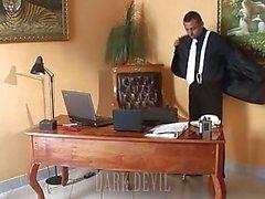 Boss позволяет секретарша дал ему головы на рабочем месте