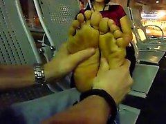 Vietnamita strofinare della donna piedi in all'aeroporto