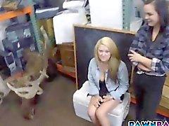 Blonde kız güzel bir kedi theta yaladı edilmesi olan gelmiştir