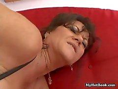Debella é uma morena whos MILF, usando lingeri