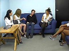 Group de la des secrétaires avoir leurs les pieds sucés par des gars soumission