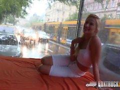 Hot Cherry Kiss tekee sen Doggy Style julkisesti