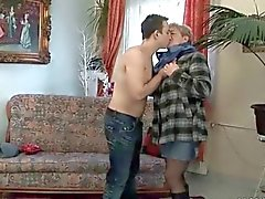 Junger Mann fucks chubby Oma auf Couch
