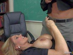 Lehrer Julia erhält beschäftigt mit neuer Schüler