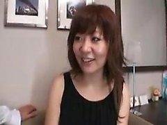 Schwüle asiatische Frau wird draußen abgeholt und füttert ihre Lust