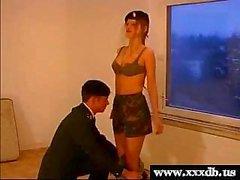 seksikäs nuori kuuma armeija tyttö antaa suihin ja saa munaa