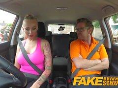 Fake körskola Big Tits brud knullar henne instruktör att passera her test