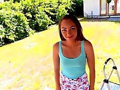 Adorable petite teen Sabrina Ray pilé par un coq de monstre