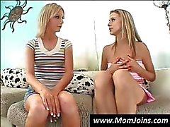 Mager jonge chick en haar moeder hebben een gesprek over verleiding