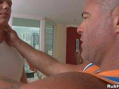 Skivproducenterna massagebehandling i lewd glad boyfrend