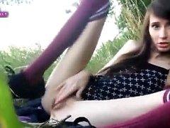 adolescente ninfómana se masturba en la hierba